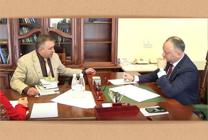 Юрий Иванов познакомил Президента Молдовы с белорусскими книгами