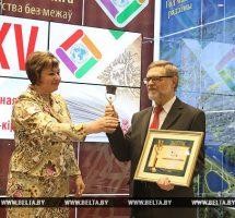 Писатель Елена Стельмах вручает награду победителю номинации «Лучший дизайнер книги»